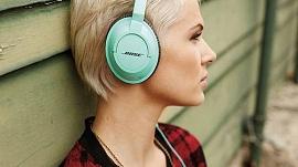 Uma jovem com headphone BOSE