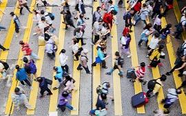 Pessoas atravessando a rua