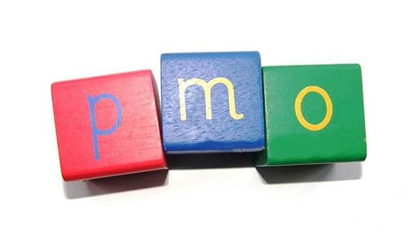 Ilustração com as letras P M O