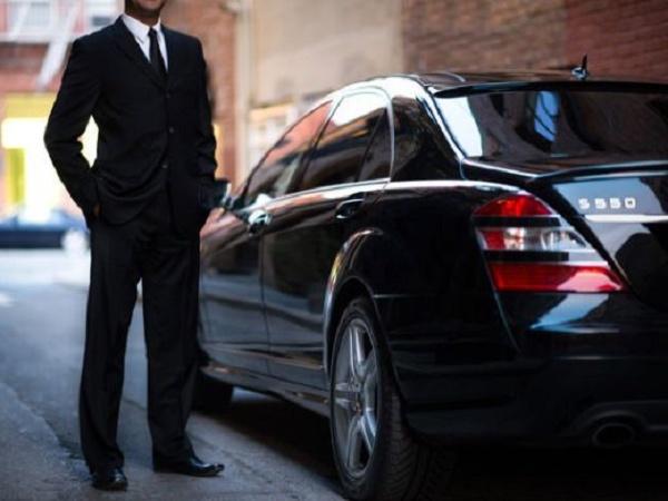 Motorista ao lado de sua Mercedes particular