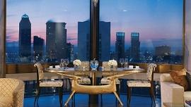 Mesa de jantar arrumada e vista da cidade