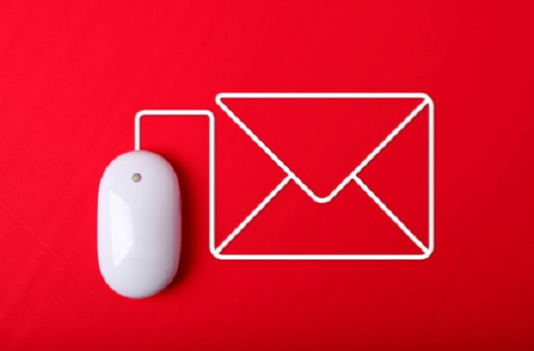um mouse ligado a uma carta de email