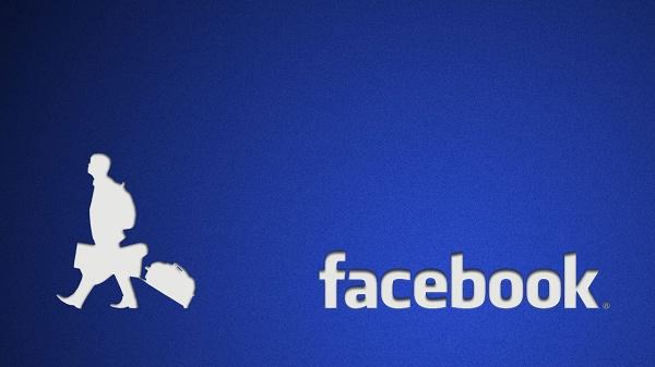homem com malas andando em direção contrária à logo do facebook