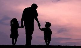 pai brincando com duas crianças