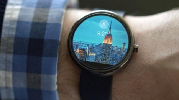 Imagem com o relógio inteligente da Google no pulso de um homem