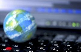Miniatura do Globo Terrestre e um teclado de computador