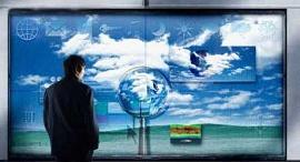 Homem olhando uma TV Digital