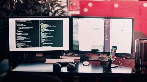 Computadores e celular em uma mesa