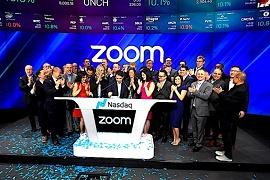 Equipe da Zoom comemorando IPO