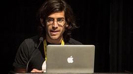 Aaron Swartz mexendo em um macbook