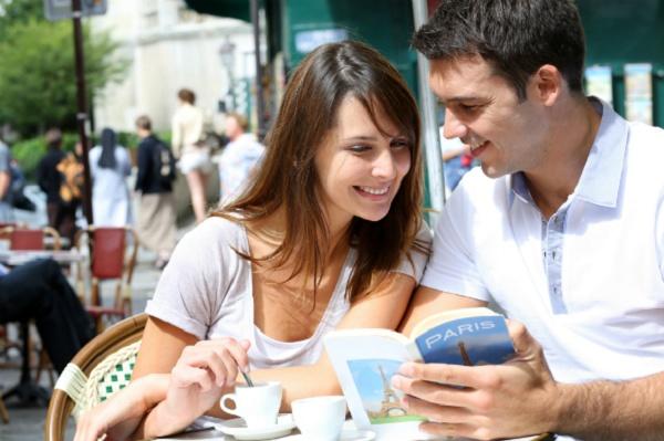Imagem mostra casal usando o aplicativo Foursquare