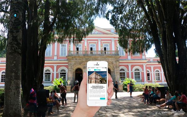 Ilustração do app blutip recebendo notificação do museu