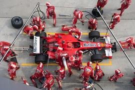 Técnicos da fórmula 1 em torno do carro