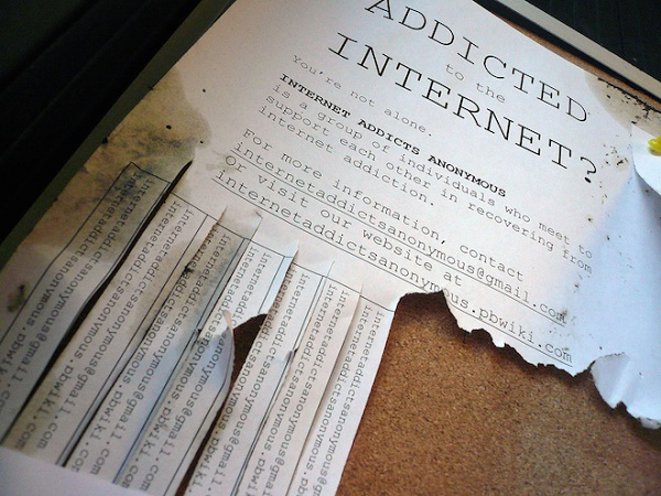 papel rasgado escrito addicted to internet