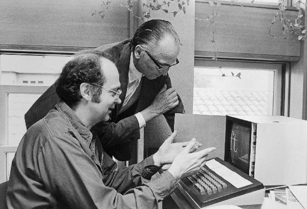 Dr. Knuth discutindo tipos de letra com Hermann Zapf
