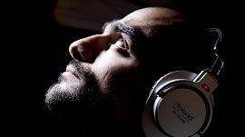 Homem com headphone Roland ouvindo música por streaming