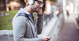 Rapaz escutando música