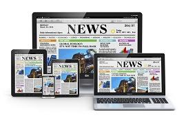 Foto de um jornal em vários dispositivos de leitura