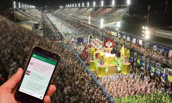 Foto de um folião acessando o App na arquibancada