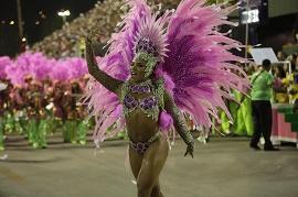 Passista da Mangueira durante o desfile