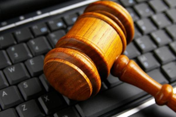 Martelo de juíz em cima de um teclado de computador