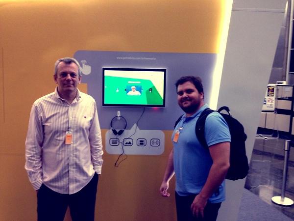 O CEO e o designer da Go2web em frente ao stand da Petrobras