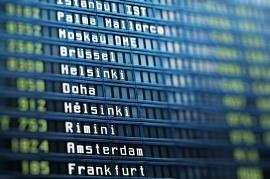 Imagem mostra lista de voos em um aeroporto