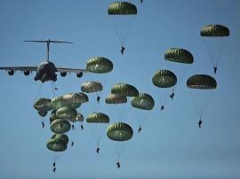 Paraquedistas saltando de um avião